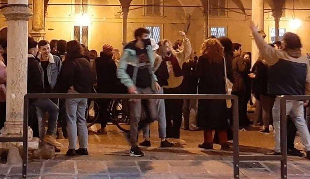 Un assembramento serale di giovani nella zona universitaria di Bologna nonostante l'emergenza Coronavirus