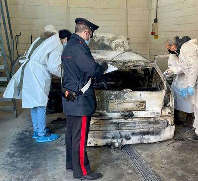 L'auto bruciata dentro cui sono stati ritrovati i corpi di Riccardo e Dario Benazzi, cugini di 64 e 70 anni