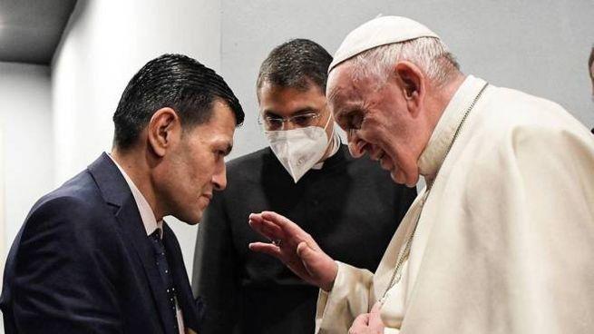 Papa Francesco e Abdullah Kurdi, il padre del piccolo Alan (Ansa)