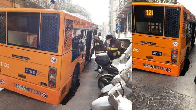Bus in una voragine a Napoli