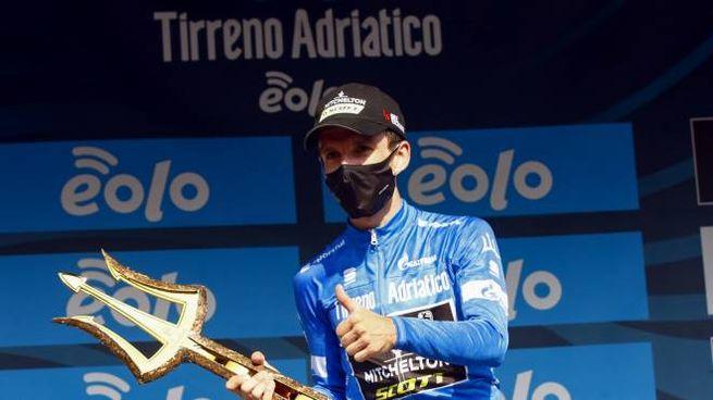 Simon Yates trionfa nella Tirreno Adriatico 2020 (Ansa)