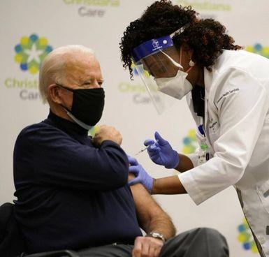Il presidente degli Stati Uniti, Joe Biden, 78 anni, mentre si sottopone alla vaccinazione