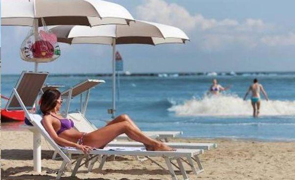 Una ragazza in spiaggia. L'Europa sta valutando l'ipotesi del passaporto vaccinale