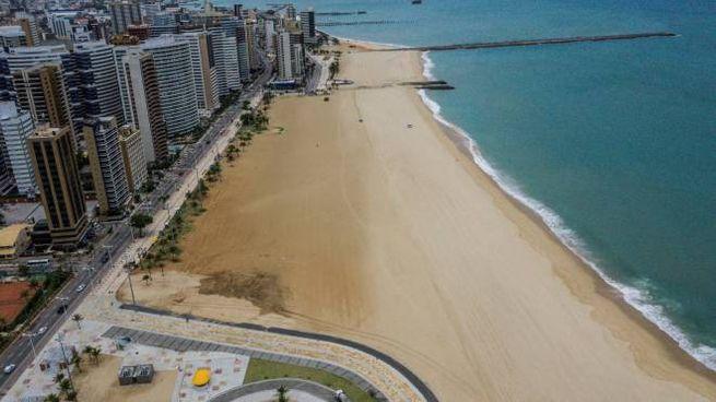 Brasile, una spiaggia deserta a Fortaleza (Ansa)