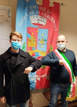 Uno degli ultimi acquirenti, uno studente brasiliano, insieme al sindaco Giannini