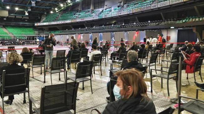 Covid: persone in attesa di essere vaccinate (Dire)