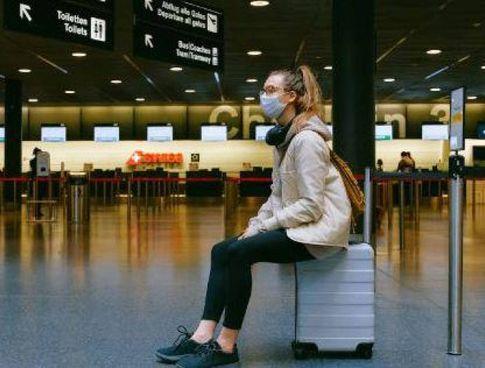 Un aeroporto deserto a causa della pandemia che sta condizionando i viaggi