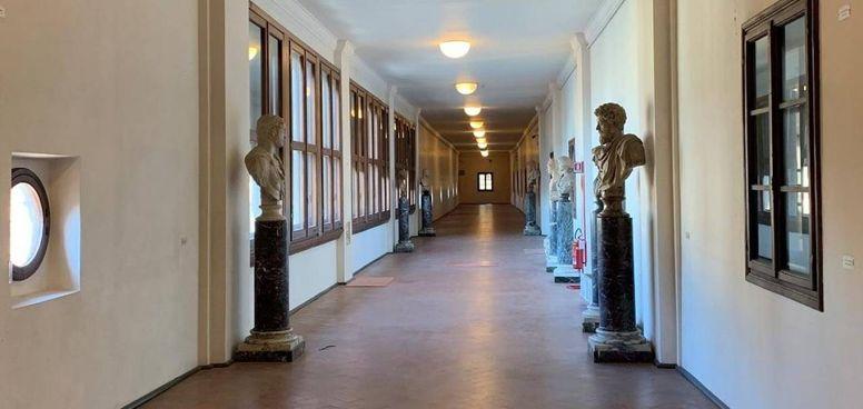 Il Corridoio vasariano collega gli Uffizi a Palazzo Pitti e. Boboli, passando sopra Ponte Vecchio