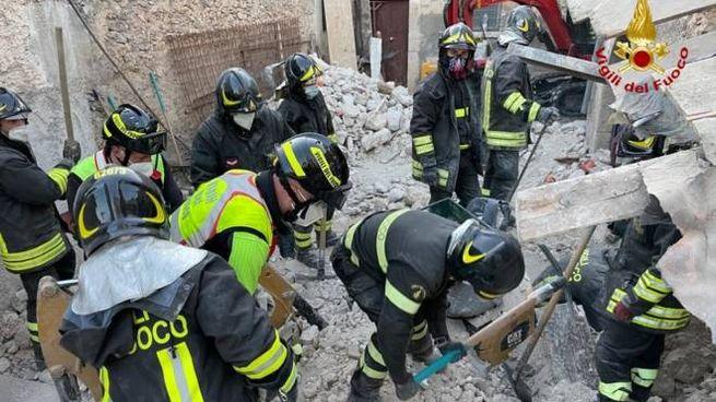 Crolla edificio a San Pio delle Camere, L'Aquila. Due operai travolti (Ansa)