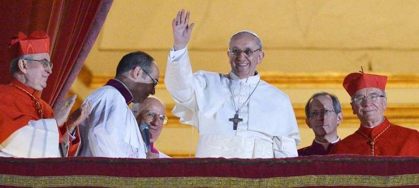Era il 13 marzo 2013, Papa Francesco, appena eletto, pronuncia le prime parole: «Mi hanno scelto dalla fine del mondo»