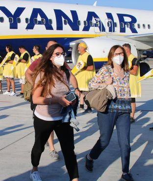 Alcuni passeggeri mentre scendono da un aereo (foto d'archivio)