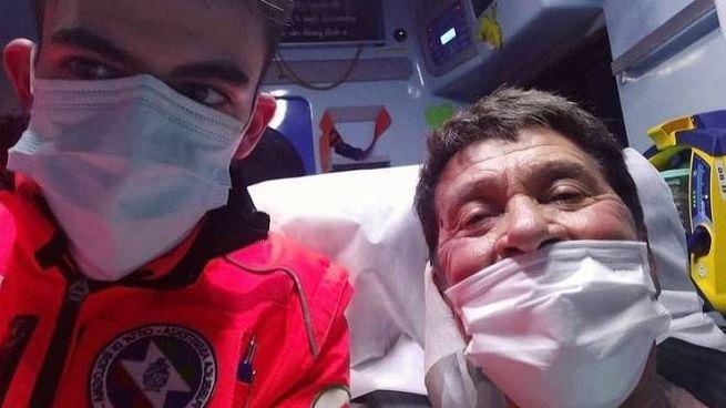 Gianni Morandi, selfie con i sanitari (da Instagram)