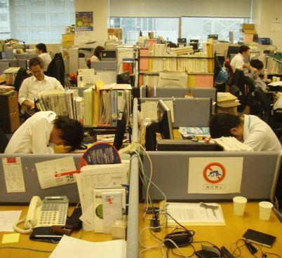 Il rapporto tra azienda e dipendente in Giappone è talmente stretto che porta a eccessi pericolosi