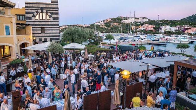 In una foto d'archivio una festa nella piazzetta di Porto Cervo