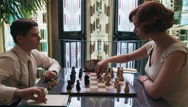 La. serie «La regina degli scacchi», trasmessa da. Netflix. L'abbonamento alle pay tv è il. tipo di consumo col maggior incremento durante la pandemia