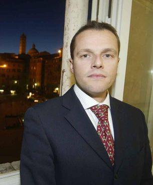 David Rossi, capo della comunicazione del Monte dei Paschi di Siena, fu trovato morto sotto al suo ufficio. Aveva 52 anni