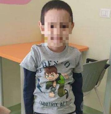 Il piccolo Hicham Sabir, 7 anni, che ha vissuto a lungo attaccato a un cuore artificiale