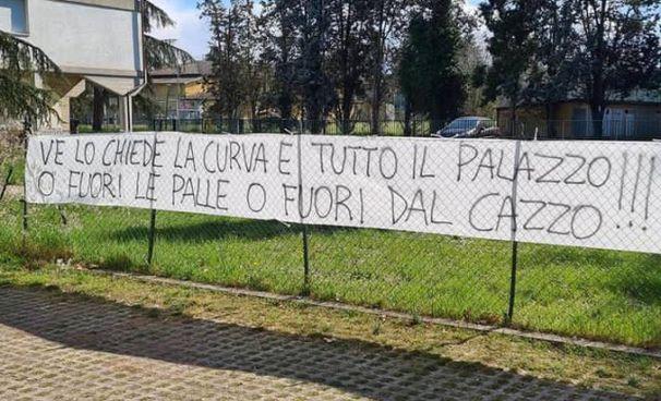 Lo striscione affisso davanti alla palestra ChIerici di via Cassala, dove si allena l'Unahotels: le tifoserie di calcio e basket chiedono più attaccamento alla maglia