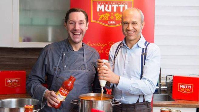 Francesco Mutti (a destra), 52 anni, in uno spot tv con lo chef tedesco Mirko Reeh, 44