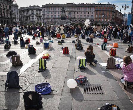 A Milano una distesa di cartelle, palloncini e campanelle per manifestare contro la didattica a distanza. Il clou dell'iniziativa di ieri. in piazza Duomo