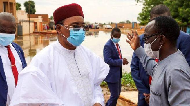 A sinistra Mahamadou Issoufou, presidente uscente del Niger (Dire)