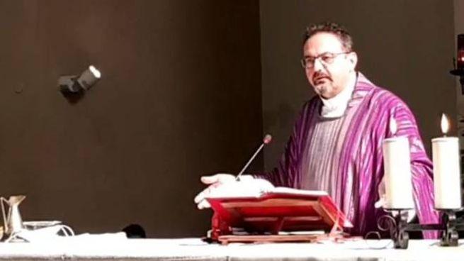 Don Paolo Pasolini, parroco di San Rocco, durante l'omelia di domenica mattina