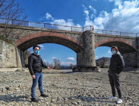 Il sindaco Daniele Ruscigno con l'assessore Zanetti sotto il ponte di Savigno