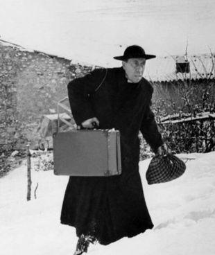 Fernandel in una scena del. film «Il ritorno di don Camillo» uscito nel 1953 per la regia di Julien Duvivier
