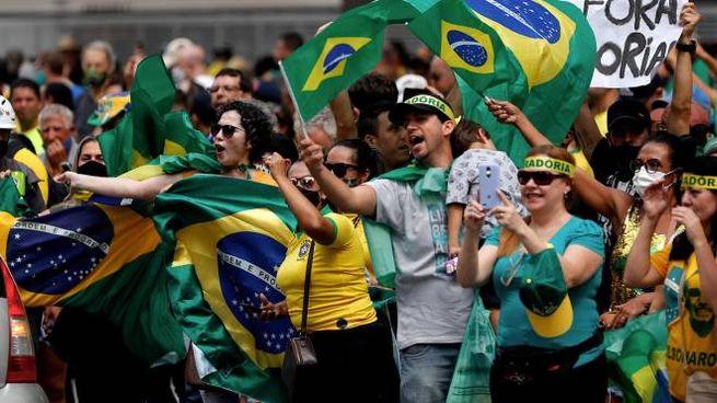 Covid Brasile, una protesta contro le misure restrittive (Ansa)