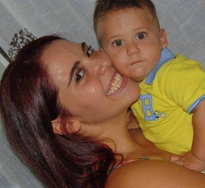 Gaia Russo, 24 anni, col figlio Leonardo, morto a 20 mesi. Sopra, lei con l'ex Nicolas Musi, 25 anni