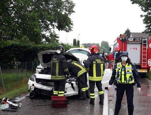 Vigili del fuoco al lavoro per rimuovere un'auto incidentata