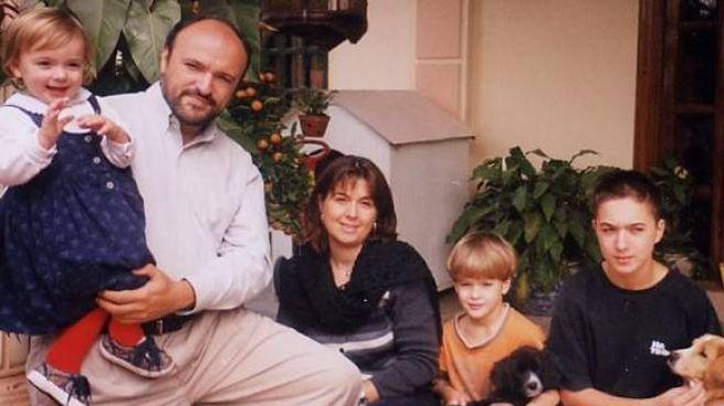 Maddalena Urbani in braccio al papà, assieme alla mamma e ai due fratelli più grandi