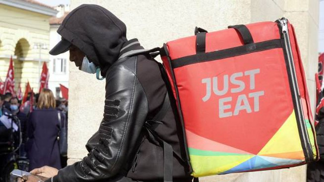 Un rider di Just eat (Ansa)