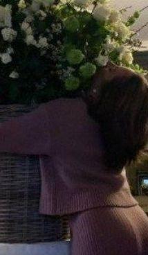 Lady Gaga abbraccia la corbeille di fiori ricevuta per i suoi 35 anni
