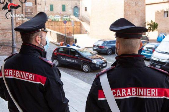 I carabinieri hanno aspettato la 68enne sotto casa dell'amante cogliendola in flagrante