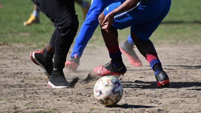 Una partita di calcio al parco (Ansa)