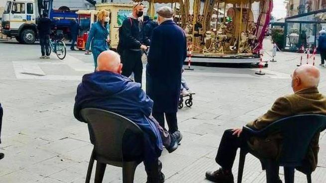 Anziani in una piazza