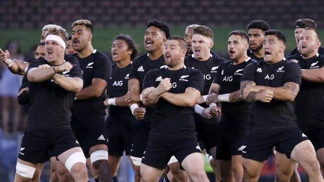 I giocatori della nazionale neozelandese di rugby eseguono la 'haka' prima di una partita