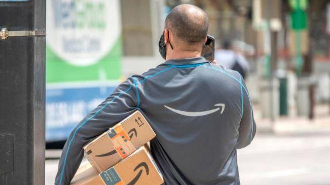 Un lavoratore di Amazon (Ansa)