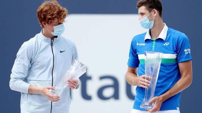 Jannik Sinner e Hubert Hurkacz dopo la finale del Miami Open (Ansa)