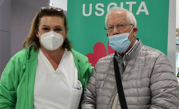 L'infermiera Rosy Arcangeli assieme ad Antonio Lesce, ex vicino di casa ritrovato durante la vaccinazione