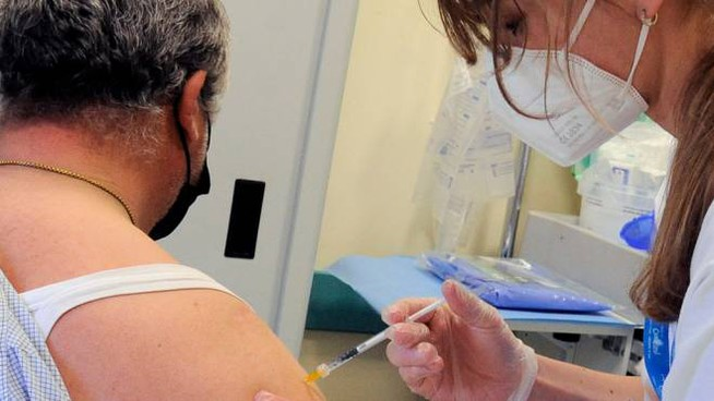 Operatore sanitario somministra il vaccino