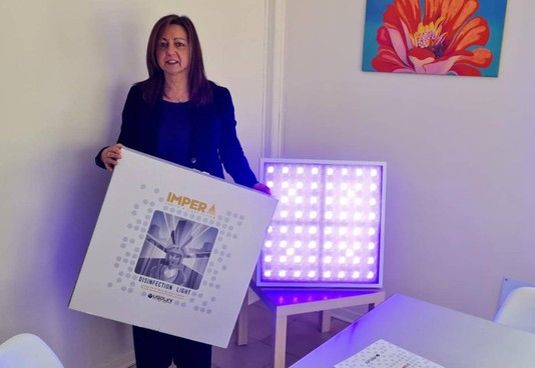 Biancamaria Ugolini con la lampada realizzata dall'azienda di famiglia