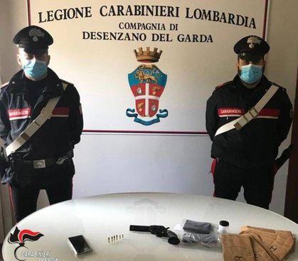 Sul tavolo, al centro, il revolver usato dal ragazzino e poi recuperato dai carabinieri
