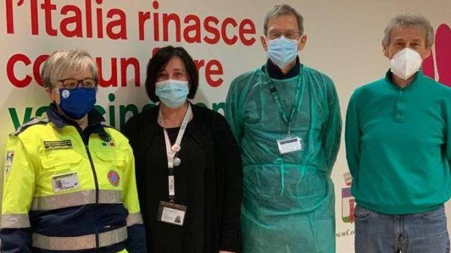 Personale sanitario e volontari all'interno del nuovo hub vaccinale di Castello