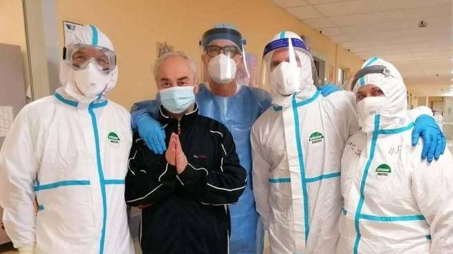 Il sindaco Alfredo Cesarini con l'equipe medica che lo ha salvato