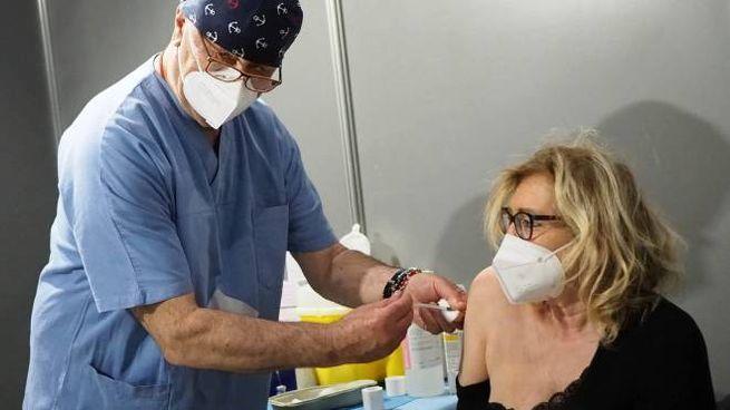 Un operatore inietta una dose di vaccino anti Coronavirus