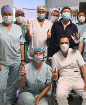 Foto con il personale del centro grandi ustionati del Bufalini di Cesena postata ieri da Gianni Morandi, 76 anni