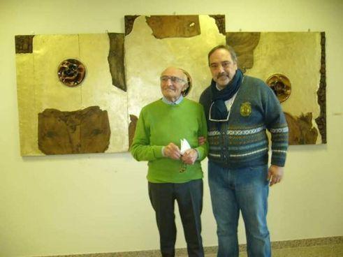 A destra, lo scultore Carmine Tisbo, residente da tempo a Lendinara, a sinistra il gallerista Renzo Melotti