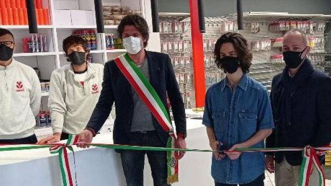 L'inaugurazione del negozio con il sindaco Filippo Giovannini